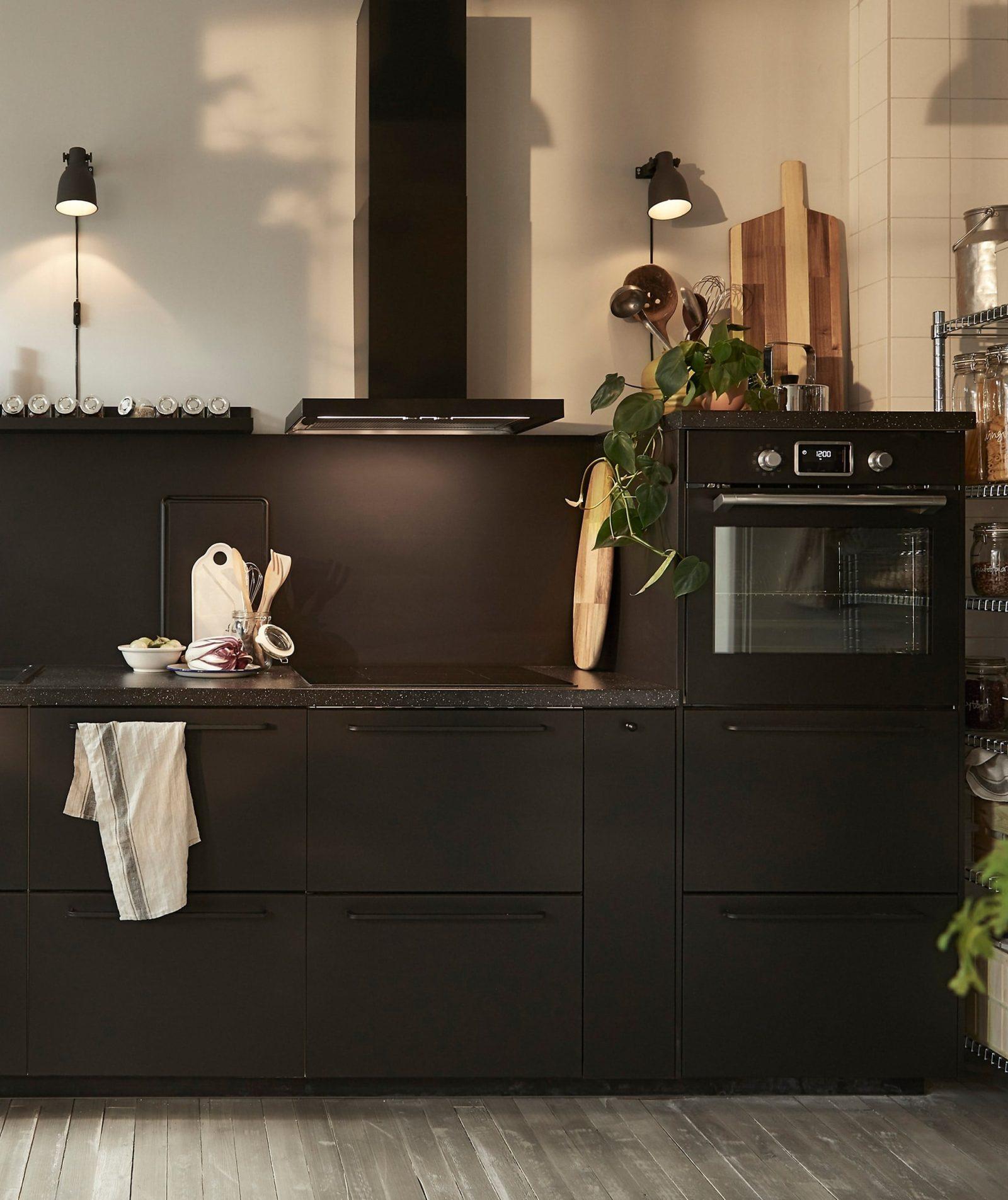 ikea the ikea kungsbacka black kitchen with buillt in appliances and extractor hood  1364682701873 s5 - Các thiết bị nhà bếp hiện đại có thể thay đổi cuộc sống của bạn như thế nào?