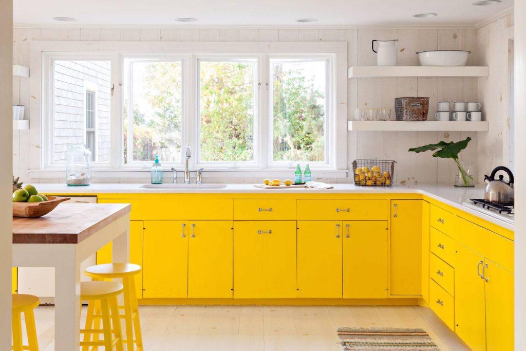 Yellow Farmhouse kitchen 5990c4f0519de20010ade001 1024x683 - 4 gam màu tủ bếp được yêu thích nhất mùa lễ tết