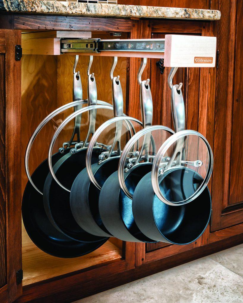 e5b77eaa1e59a00ba792fd32b8c918cf 1 819x1024 - Muốn tủ bếp lúc nào cũng gọn gàng, ngăn nắp? Thử ngay những thiết kế này nhé!