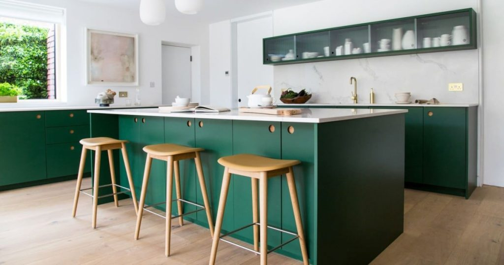 green kitchen cabinets clark domino magazine 1 1024x538 - 4 gam màu tủ bếp được yêu thích nhất mùa lễ tết