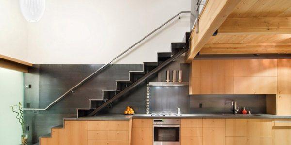 """Tủ bếp dưới gầm cầu thang """"Đẹp – độc – lạ"""""""