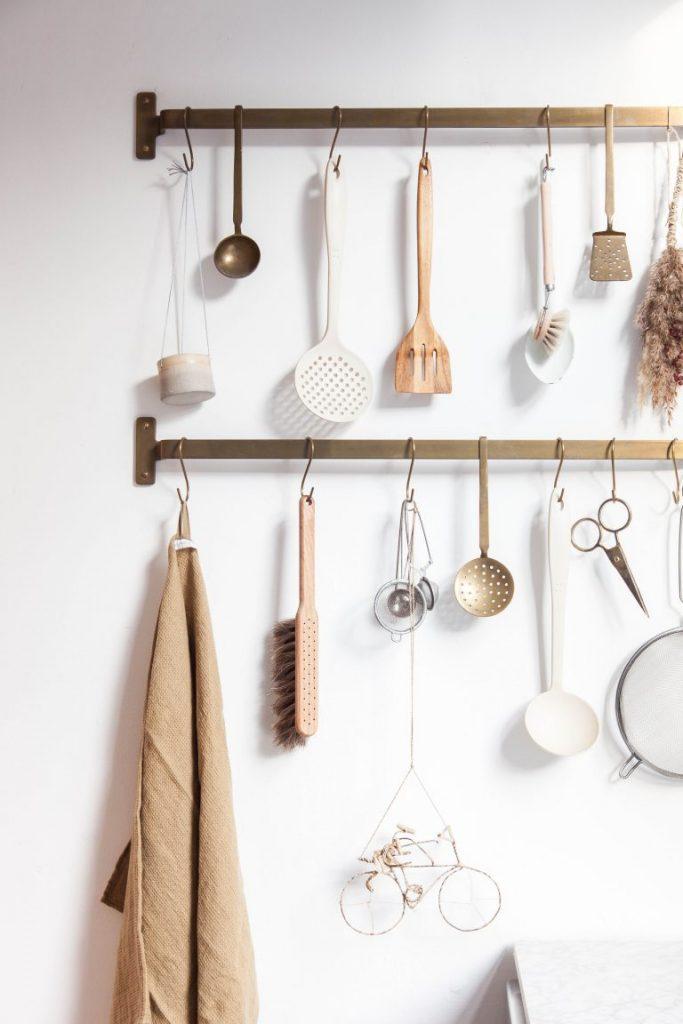 Giai phap luu tru 3 683x1024 - Giải pháp lưu trữ mới lạ độc đáo cho bếp nhà thêm xinh